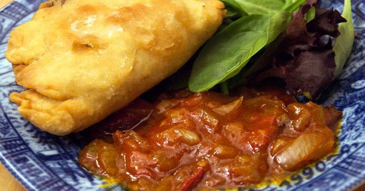 En förrätt från Malaysia. Piroger fyllda med garam masala-kryddad köttfärs, potatis och purjolök servers med en tomatchutney.