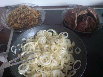 Das perfekte mittelalterliches Zwiebelfleisch-Rezept mit einfacher Schritt-für-Schritt-Anleitung: den Schweinehals von den Knochen befreien und in ca 1 cm…