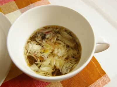 市販のもずく酢で作る。もずくの香味スープ