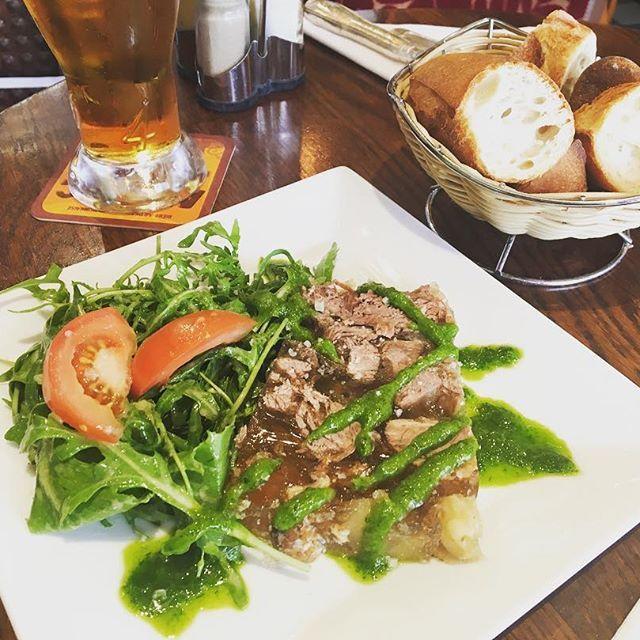 #肉#牛#牛肉#オーブラック#前菜#パリ#フランス#ランチ パリに到着してのランチ。オーベルニュ地方の料理メイン?のお店で、前菜に頼んだオーブラック牛のゼリー寄せ?煮こごり?…にクレソンたっぷりのサラダ。暑かったので、さっぱり冷たくて、ペロリ(^-^)