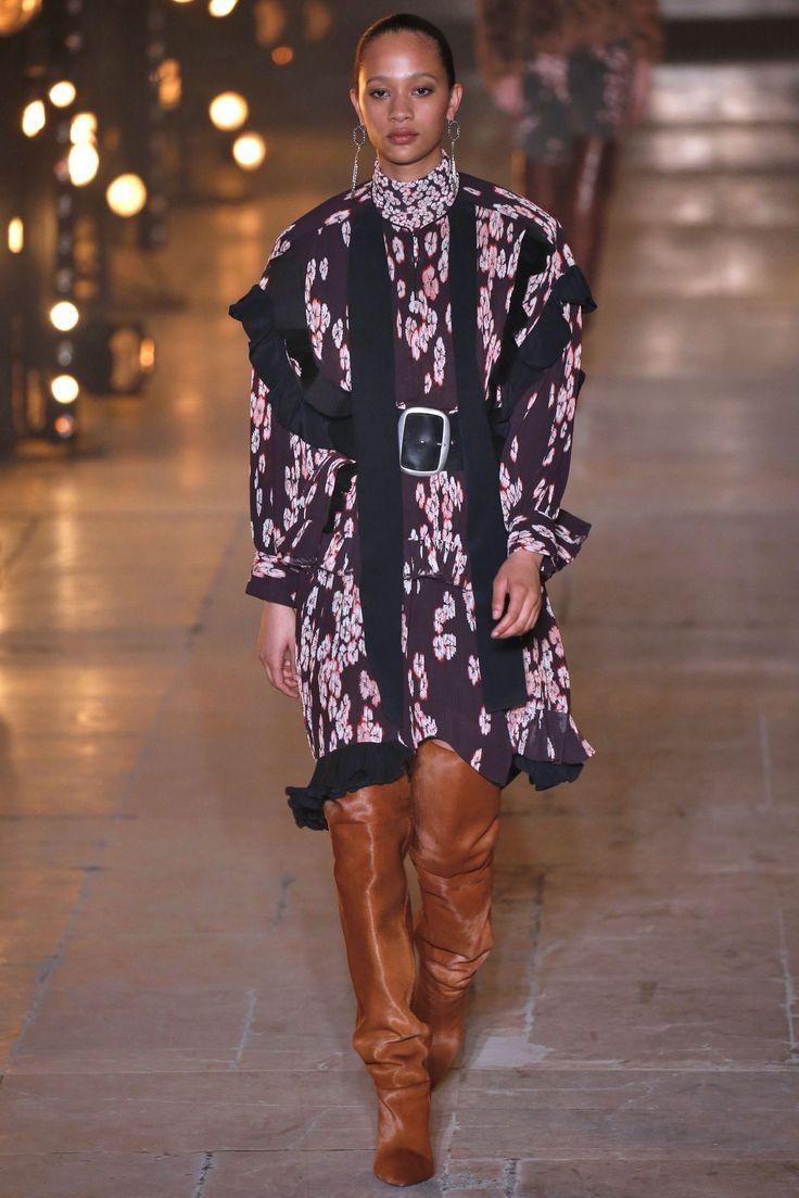 """PFW - As botas são as queridinhas do inverno, e na semana de moda de Paris, a versão """"enrugada"""" ganhou destaque em diversos desfiles. Aposte em tecidos maleáveis e com texturas ou brilhos.  A Adina traz: Camurça, Suede e Veludo Cristal.  Imagem: Isabel Marant"""