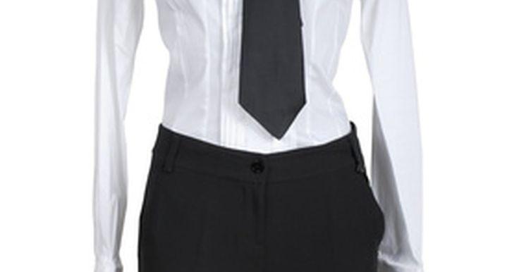 Tipos de shorts para mujeres. Desde los súper shorts Daisy Dukes a las Bermudas por encima de la rodilla, hay un montón de opciones de pantalones cortos para las mujeres que buscan evitar las faldas y mantenerse frescas en un día caluroso. Los colores llamativos y los patrones son más apropiados en pantalones cortos que para los pantalones largos, puesto que el patrón o el ...