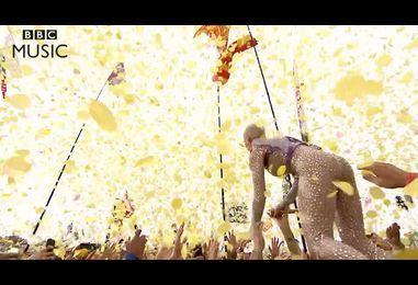 Katy Perry jumps into the Glastonbury crowd - BBC News