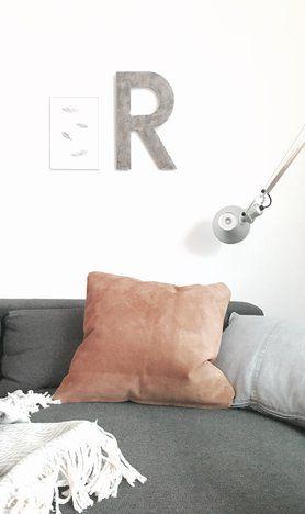 Aus den Lederresten...... #wohnzimmer #lvingroom #couch #lederkissen #leather #buchstabe #dekoration Foto: schimmel