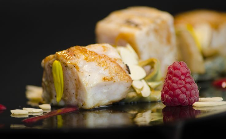 Cubi di spada con carciofi aromatizzati alla vaniglia, salsa ai lamponi e lamelle di mandorle - Cubes of swordfish with artichokes flavored with vanilla, raspberry sauce and slices of almonds #antinoos #lounge #restaurant #hotelcenturionpalace #venice