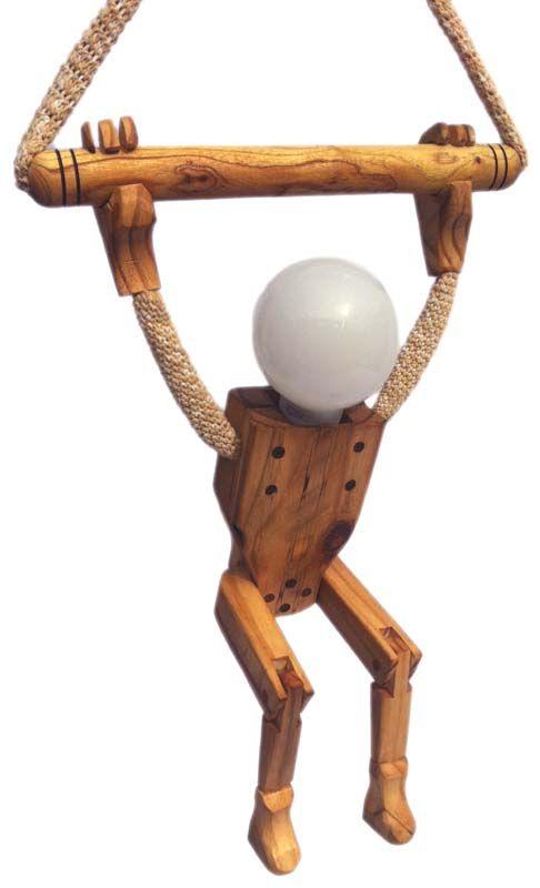 Edad: recién nacidos o más.  Materiales: realizados con diferentes madera de troncos de poda y otras recicladas. Las tiras de hilo de algodón (por Cecilia Ettori) Descripción: diseño exclusivo, mueve las articulaciones de las piernas, la cabeza es una lámpara bajo consumo de color cálido (que está incluida) por lo que ahorra energía al mismo tiempo que va prendiendo de a poco, sin encandilar al bebé cuando acaba de abrir los ojitos. Medidas: 120 cm. de alto regulables. EN STOCK