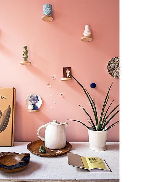 Uit #vtwonen: 'kleine ronde plankjes zijn ideaal voor een speelse compositie annex expositie aan de wand.' Little round shelves on the wall to collect your treasurs (from the dutch #interior deco magazine vtwonen)