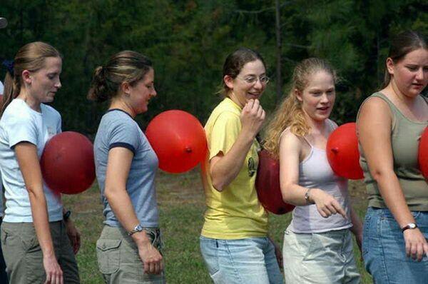 Corrida em equipe sem deixar cair os balões