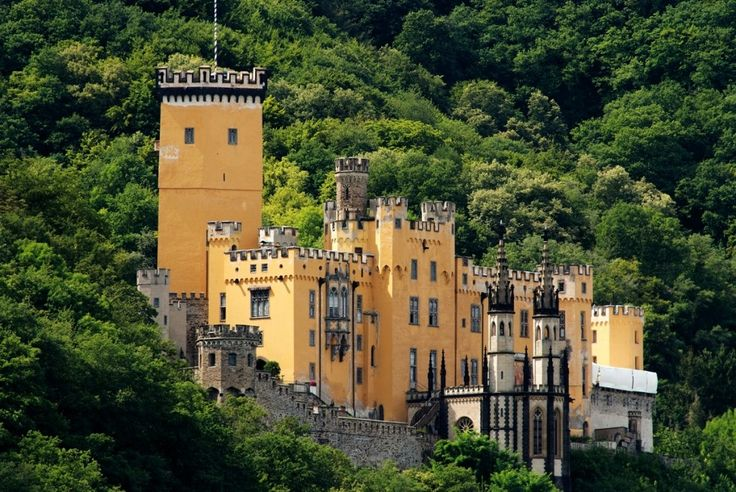 Zámek Stolzenfels v Německu u města Koblenz je původní středověký hrad pocházející ze 12. století, který byl v 19. století pruskou královskou rodinou přestavěn na neo-gotický zámek se skvostnými interiéry.  O obnovu hradu zdevastovaného franskými vojsky se postaral korunní princ, později král Fridrich Vilém IV.,