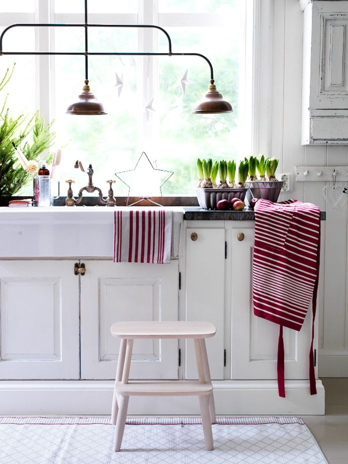 red and white + light fixture. love the bulbs.
