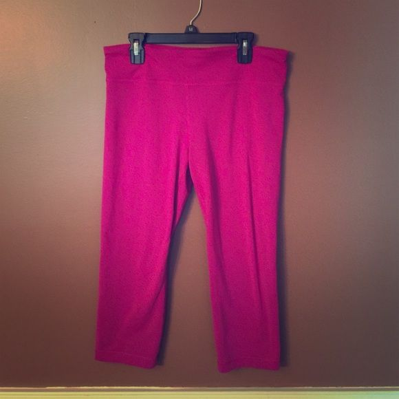 Under armour crops Super cute and flattering under armour crops.  Small hidden pocket.  In her good condition with little to no piling.  Smoke free home and well taken care of. Under Armour Pants Ankle & Cropped