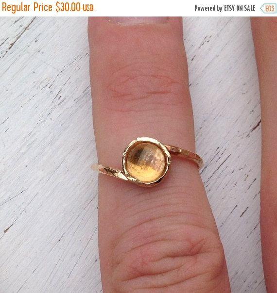 Citrien ring, gouden ring, Citrien ring ring goud, sierlijk, edelsteen ring, gele Citrien ring  Sierlijke gouden gevulde ring met natuurlijke gele Citrien 6mm faceted steen. Mooie ring voor de komende herfst-winter  Maten 5-8,5 Selecteer uw maat  Al mijn juwelen zijn verpakt in een elegante geschenkverpakking. Als u wilt geven het als een geschenk kunt u het adres en ik zal sturen het namens u graag.  Om meer te zien, bezoek mijn winkel op: http://www.etsy.com/shop/amitvtamar  Dank u voor…
