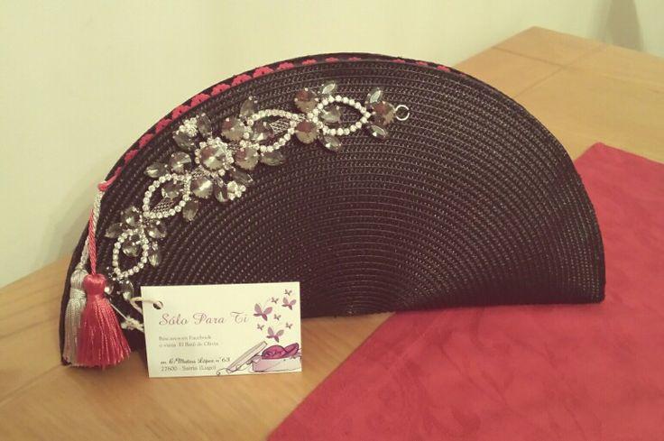 Bolso de rafia negro con aplique de pedrería y borlas de seda