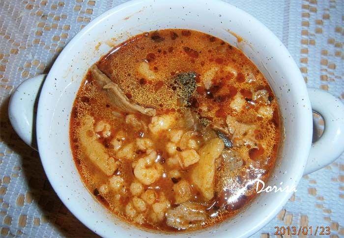Chutná polévka plná hub a brambor. Je hustší, proto je i sytá.