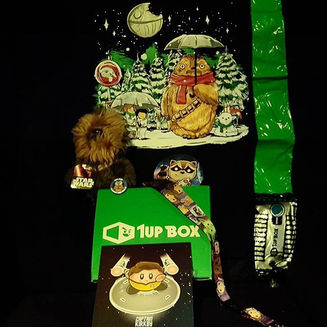 Well nerdblock disappointed me sending me 2 times the same items in 2 boxes so I have 3 repetitive, so I want it to try 1up box and well I love it, but in special the shirt that's my favorite #1upbox #starwars #totoro #chewtoro #snowyoda #darthcreeper #racoon #captainkirby #decemberbox #nerdblock #whathappened? #nerdblockyoufailedme #chewy #chewbacca #chibbichewbacca #jedi #lightsaber