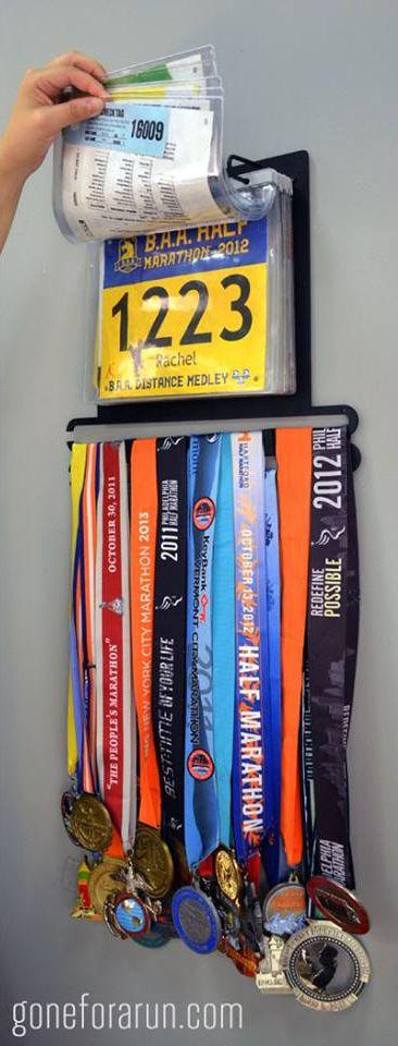 Nos encanta este portamedallas que permite agregar también los números de tus carreras más importantes.
