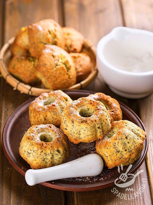 Avete voglia di soffici e gustose ciambelline per colazione? Indossate il grembiule e preparate le fantastiche Ciambelline di ricotta e semi di papavero.