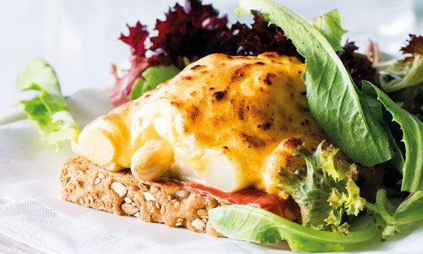 Receita de ovos com presunto e espargos, simples e fácil de preparar. De sabor inconfundível, estes ovos gratinados com presunto vão deixá-lo deliciado.