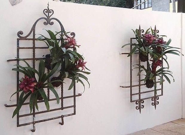Eram grades de janelas de antigos casarios em demolições no interior de Minas Gerais. Agora, são floreiras cheias de estilo. O garimpo foi trabalho da arquiteta Anna Beatriz Fadul (Foto: Divulgação)