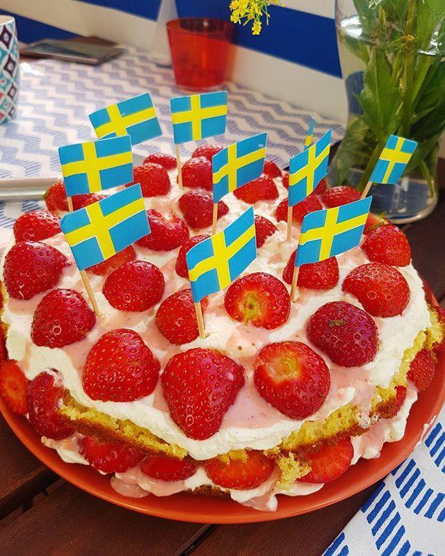 Jordgubbstårta å la lchf 🍓🇸🇪 #strawberrycake #jordgubbstårta #lchfjordgubbstårta #nationaldayofsweden #nationaldag #sverigesnationaldag #lchf #lowcarb #glutenfree #glutenfritt #keto #healthy #highfat #food #paleo