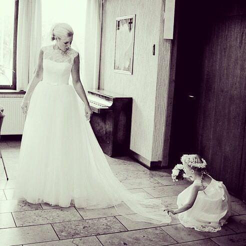 Bride and the little bridesmaid #bridesmaids #brud #bride #bryllup #billeder #bryllupsbilleder #bryllupsfotograf #bryllupsforberedelse #wedding #weddings #weddingdress #weddingforum #weddingphotos #weddingdetails #weddingpictures #weddinginspiration #weddingphotographer #voresstoredag #vintage #sømandskirken #fotograf