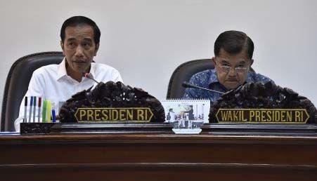 Presiden Jokowi didampingi Wapres Jusuf Kalla memimpin rapat terbatas evaluasi implementasi TKDN, di Kantor Presiden, Jakarta, Selasa (1/8) sore. JAKARTA ,02Aug 2017-Presiden Joko Widodo meminta a…