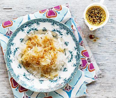 Sätt asiatisk touch på rättikan med rostade sesamfrön, japansk soja och risvinäger. Med fräsch syra från citron och karamellig sötma från farinsocker blir det en sallad man vill ha mer av – mums till kyckling eller lax.