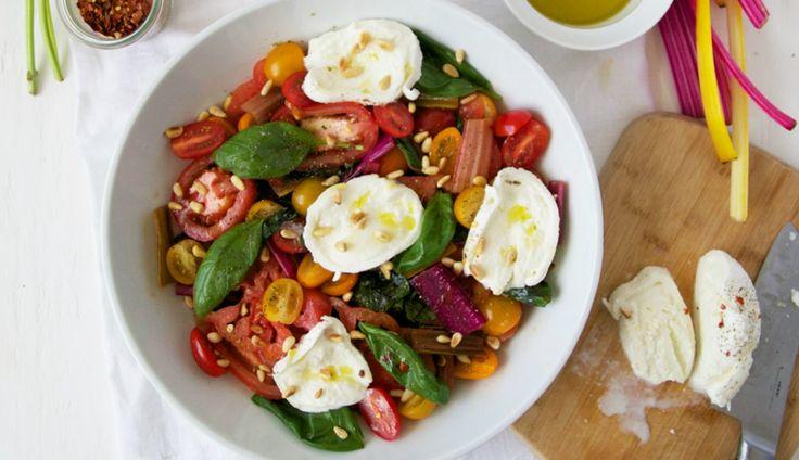Deze heerlijke tomatensalade van RenéeKemps is ideaal als lunch of voorgerecht. Jum! Snijd de snijbiet instukken…