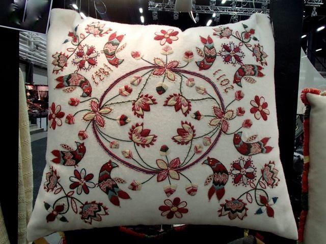 Ullbroderi materialsats för kudde / ウール刺繍キット 鳥のクッション(白)