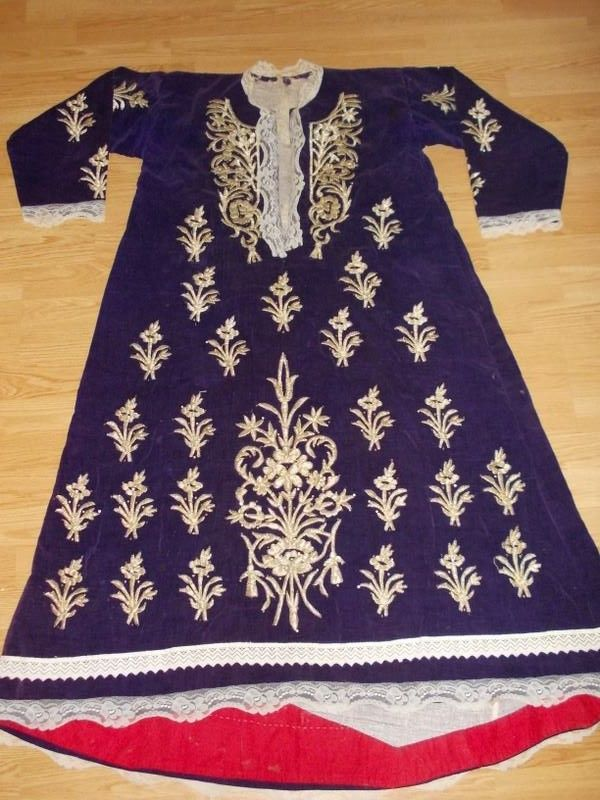 Festive 'bindallı entari' (embroidered robe) from the Çubuk district (35 km North of Ankara). Urban style, first half of 20th century. 'Goldwork' embroidery on velvet (technique: 'sarma' / 'Maraş işi'). Source: 'Antika Osmanlı Tekstil, Istanbul'.