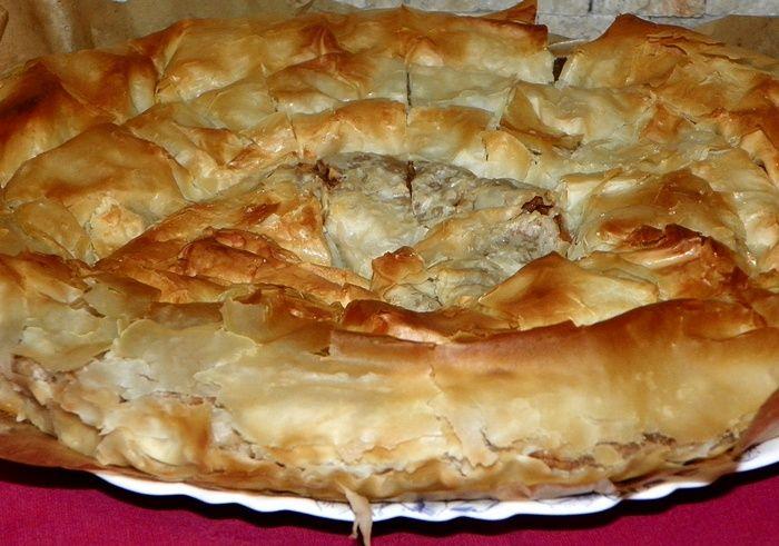 Reteta culinara Placinta invartita cu mere si crema caramel din categoria Dulciuri. Cum sa faci Placinta invartita cu mere si crema caramel