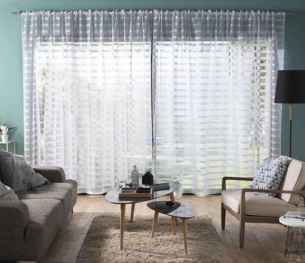 Pour préserver l'intimité et laisser la lumière  pénétrer dans la maison, ces rideaux à rayures horizontales sont parfaits. http://www.castorama.fr/store/pages/zoom-sur-habillage-fenetre-transparence.html