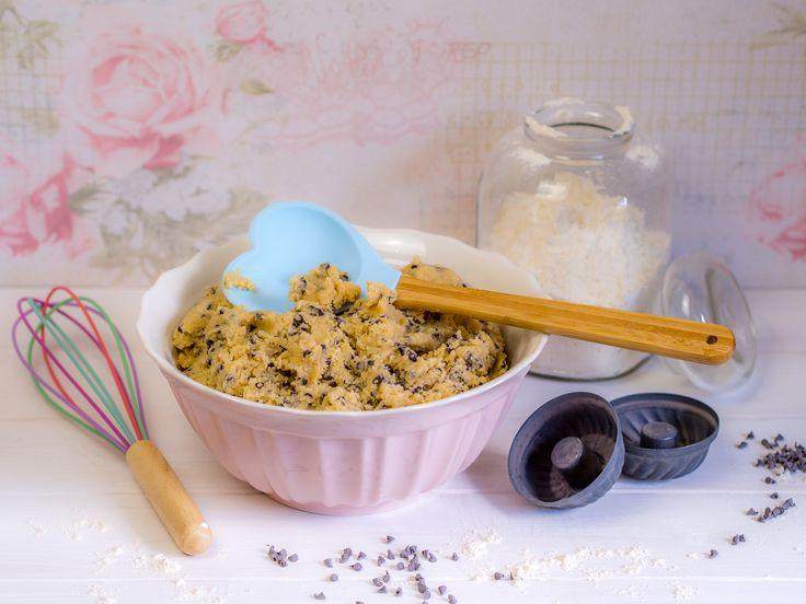 Hier zeige ich ein einfaches Rezept, mit dem Cookie Dough bzw. Plätzchenteig zum roh naschen zubereitet werden kann. Der Teig enthält keine Eier.