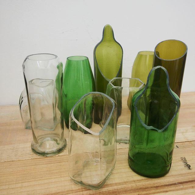 Utilitarios. Contenedores y  Floreros ecológicos, elaborados a partir de botellas reutilizadas!.  #ecológico #reciclaje #botellas #ArtEcoDeco #Artería #HechoAmanoConCariño #YoSiCreoenVenezuela #ecolampara #vidrio #DiseñoVenzolano #Culturacolectiva #decoracion #utilitario #hogar #minimalista