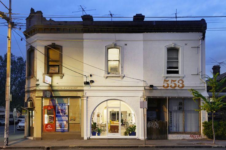 Austin Maynard ha ristrutturato la sua casa a Melbourne, in cui cucina, sala da pranzo e giardino sono condivisi tra la famiglia e il suo studio di architettura.