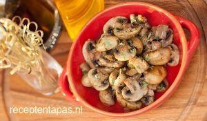 Lekker en makkelijk tapasgerecht met champignons gebakken in olie en knoflook