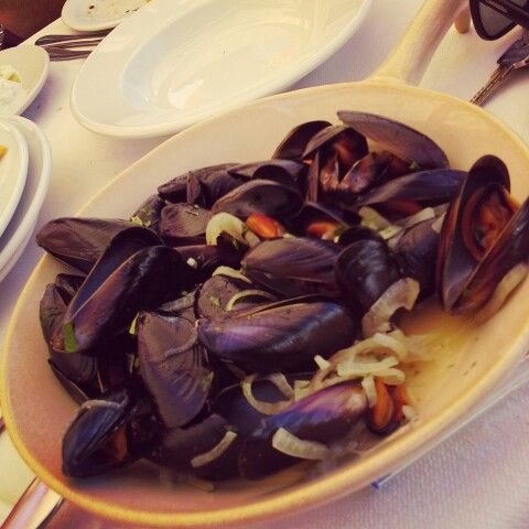 Steamed mussels in a white wine sauce! Healthy and delicious! #simplefood #seafood #greece #lefkada #μύδια #θαλασσινά #αχνιστά