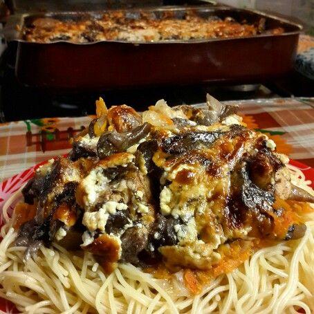 Запеченные куриные крылышки с грибами под сливочным соусом. Baked chicken wings with mushroom cream sauce.
