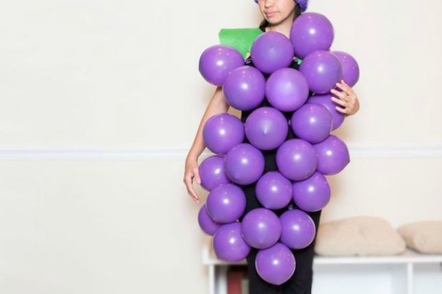 Druiventros kostuum van ballonnen. Eenvoudig zelf te maken en niet duur. Een druiven kostuum van ballonnen. De paarse ballonnen bestelt u via onderstaande link. http://www.ballonartikelen.nl