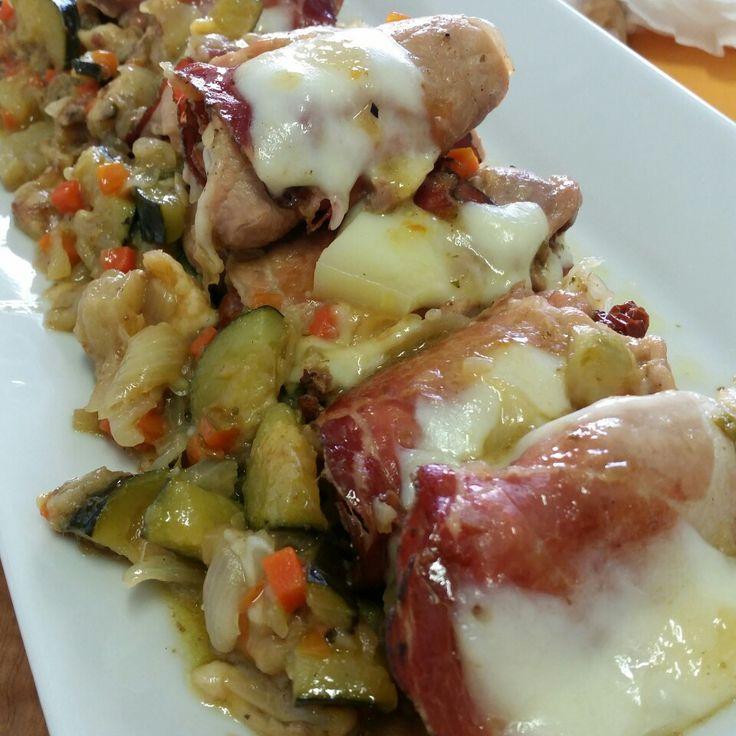 Involtini di arista e speck ripieni di patè di olive verdi, pomodori secchi e caciocavallo semistagionato con contorno di zucchine, melanzane, carote, sedano e cipolle.