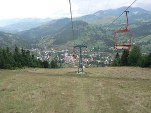 La ville de Borșa est située à l'extrême-est du județ, dans la haute vallée de la Vișeu, à 78 km au sud-est de Sighetu Marmației, la capitale historique de la Marmatie et à 142 km à l'est de Baia Mare, la préfecture du județ.  Au sud de la ville se trouvent les monts Rodna (Munții Rodnei) qui culminent au Mont Pietrosul à 2 303 m d'altitude. Au nord, ce sont les monts Maramureș (Munții Maramureșului) qui culminent au mont Toroiaga (Vârful Toroiag) à 1 930 m d'altitude.