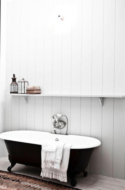 klassiskt badrum, bathtub classic, badkar, emalj, svart, spontvägg