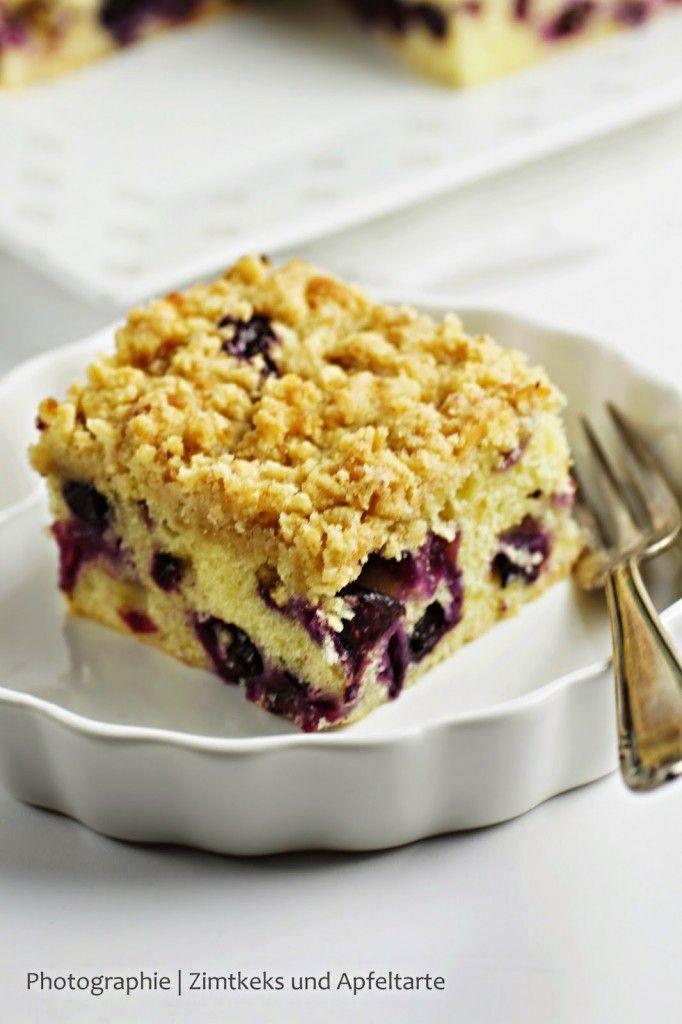 Dieser Zitronen-Schmand-Kuchen mit Blaubeeren geht immer, ob im Sommer mit frischen oder im Winter mit gefrorenen Beeren! Schmeckt himmlisch frisch!