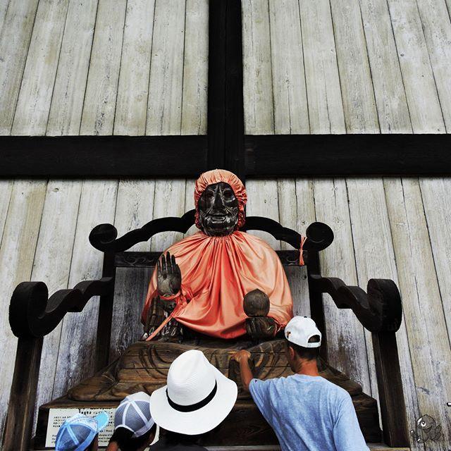 Uzdrawiający Budda przed świątynią Todaiji w Narze.  The healing Buddha in the front of Todaiji temple in Nara.    #nara #japan #japonia #nihon #japon #todaiji #binzuru #budda #buddha #travel