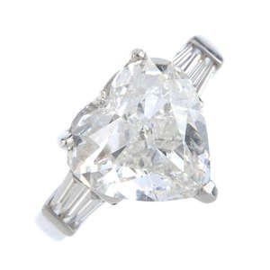 LOT:184   A diamond single-stone ring.