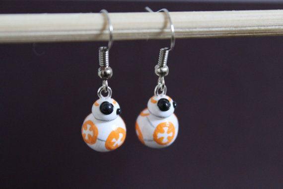 Inspirado por el droide adorable de la serie de Star Wars, este BB-8 es el accesorio prefecto para mostrar su geek interior!  Cada par de