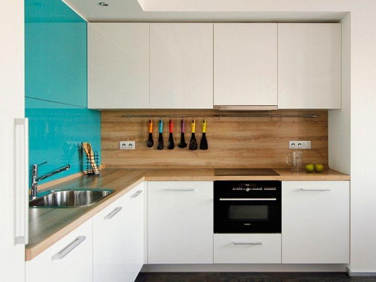 Черно белая кухня с деревянной столешницей