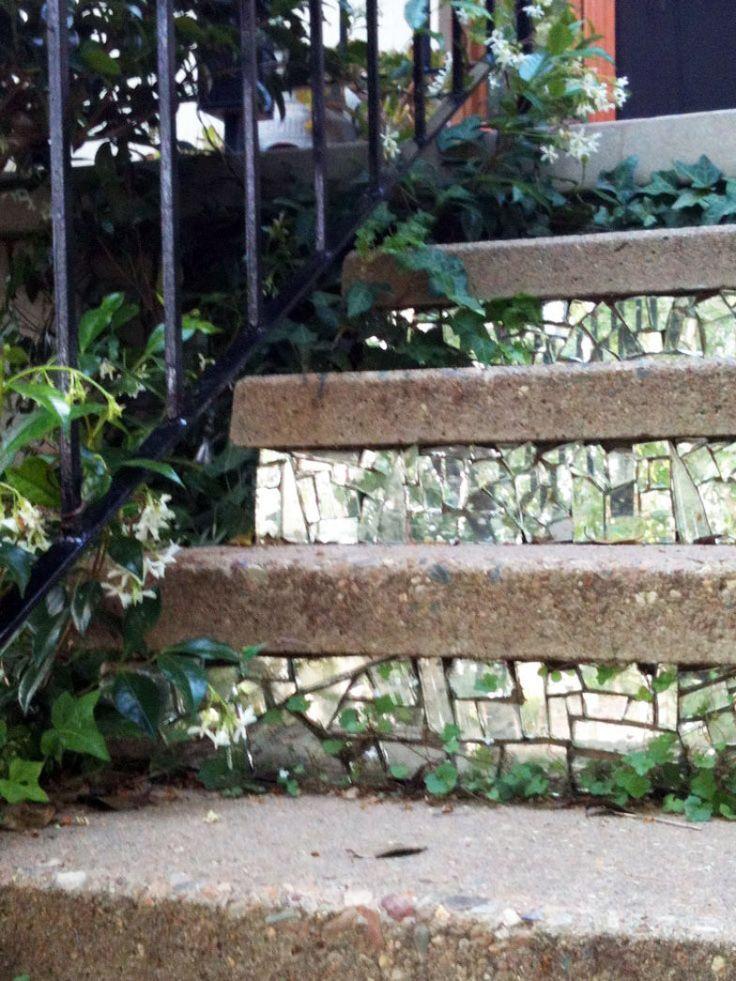 A escada rústica da entrada da casa ficou reluzente com o truque hi-lo, feita com os cacos de espelho.