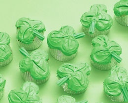 How to make clover shaped cupcakes with a clever baking technique!