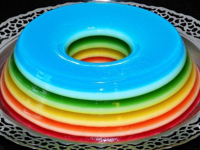 Deixe o seu #verão mais #colorido e saboroso com uma #gelatina arco-íris  http://catr.ac/p556832